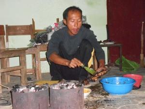 Pesta bakar ayam saat jaga malam